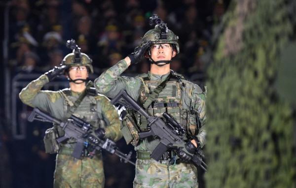 워리어 플랫폼 시연 중인 군 장병(출처=국방부)
