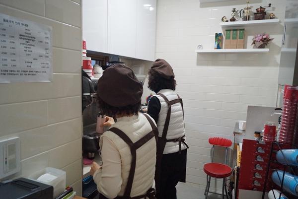 경기도 성남시 카페마망에서 어르신 바리스타들이 일하고 있다.
