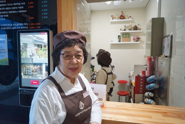 어르신바리스타 정웅희씨(75세)는 5년째 카페에서 일하고 있다.