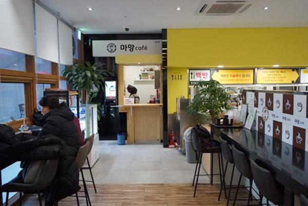 성남 '카페마망'은 민간이 운영하는 시장형 사업이다. 지역 사회 내 카페 운영 및 매장관리, 제품생산을 통해 참여 어르신들의 사회활동을 지원한다.