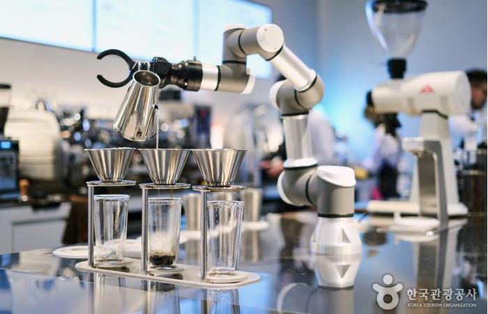 로봇이 사람과 협업하는 공간이 늘고 있다.