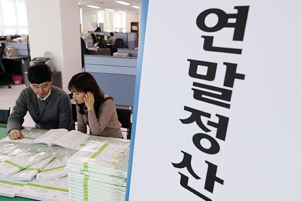 서울 종로세무서 상황실에서 직원들이 연말정산 안내책자를 살펴보고 있다.(사진=저작권자(c) 연합뉴스, 무단 전재-재배포 금지)