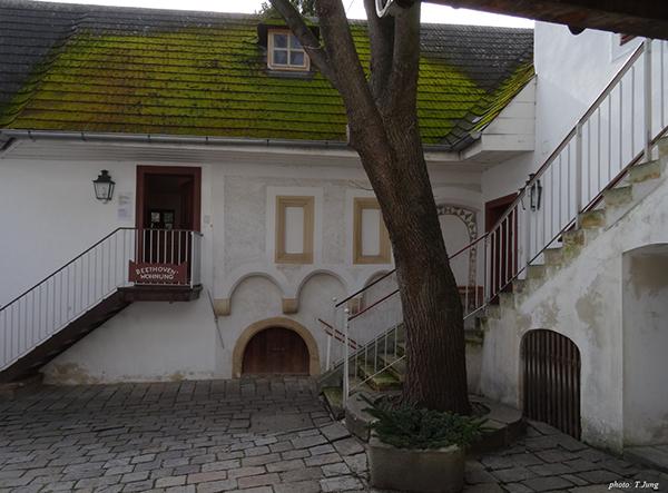 베토벤-하우스의 중정. 왼쪽은 베토벤이 살던 곳이고, 그 앞의 계단은 베토벤 기념관으로 연결된다.