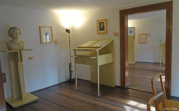 베토벤이 살았다고 하는 집의 내부. 베토벤은 정리정돈과는 아주 거리가 먼 지저분하고 무질서한 상태에서 살았다고 전해진다.