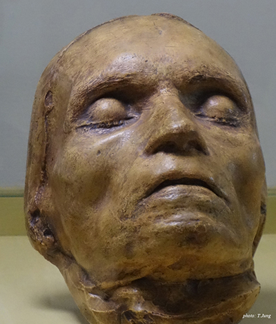 베토벤의 데드마스크. 평온 속에 잠자는 듯한 그의 얼굴에는 험난했던 인생 역정이 고스란히 배어져 있는 것만 같다.
