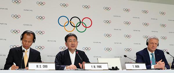 박양우 문화체육관광부 장관이 10일 제135회 국제올림픽위원회(IOC) 총회가 열린 스위스 로잔 스위스 테크 컨벤션 센터(STCC)에서 2024 동계청소년올림픽의 강원도 개최가 확정된 뒤 기자회견을 하고 있다. (사진=문화체육관광부)