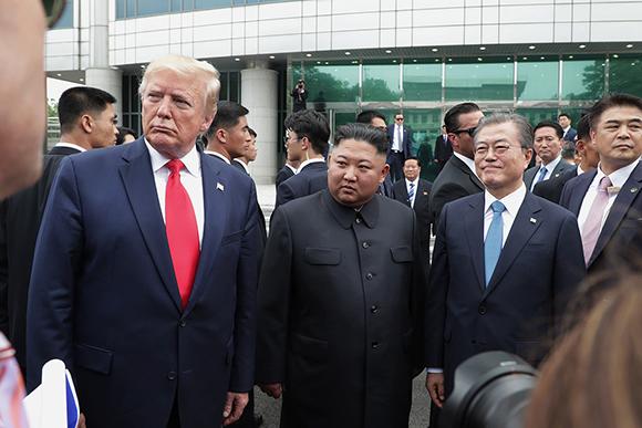 문재인 대통령이 6월 30일 오후 도널드 트럼프 미국 대통령과 판문점을 방문해 김정은 북한 국무위원장을 만나고 있다. (사진=청와대)