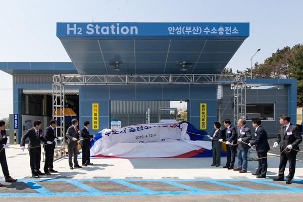 지난해 4월 12일 경부고속도로 안성휴게소에서 수소충전소 개장행사가 열렸다.
