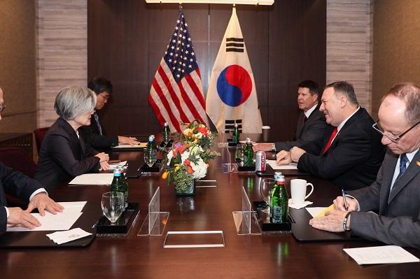 강경화 외교부 장관과 마이크 폼페이오 미국 국무장관이 14일(현지시간) 미국 샌프란시스코 인근 팰로앨토의 포시즌 호텔에서 한미 외교장관회담을 하고 있다.