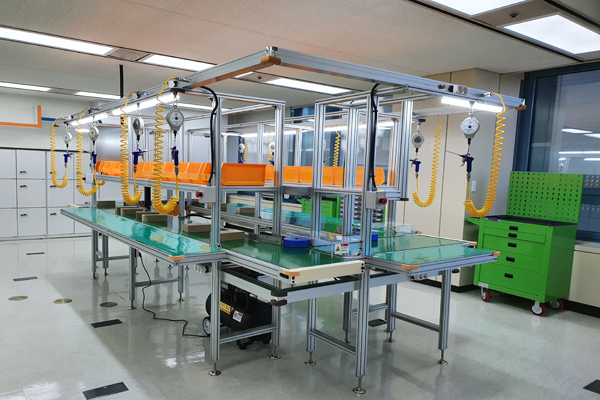 경남발달장애인훈련센터 11층에 마련된 직업 훈련실의 모습이다. 실제로 기계가 돌아가면서 컨베이어 벨트에 놓인 완제품을 세척, 검수, 조립할 수 있도록 갖춰져 있다.