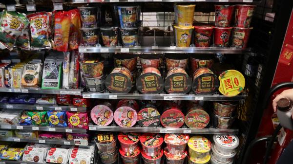 동네 작은 마트에도 한국산 컵라면이 한국만큼 진열되어 있어 음식의 한류도 실감한다.