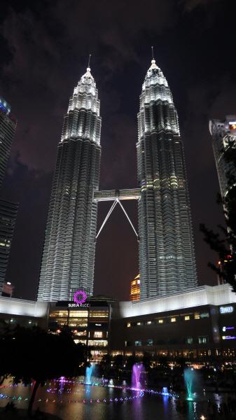 한쪽 빌딩을 한국의 건설회사가 시공한 페트로나스 트윈타워를 빼고 쿠알라룸푸르의 관광을 이야기 할 수 없을 정도다.
