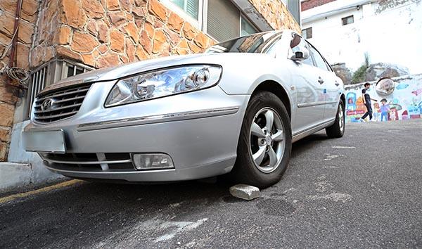 '하준이법' 6월 시행…경사진 주차장에 고임목 설치 의무화