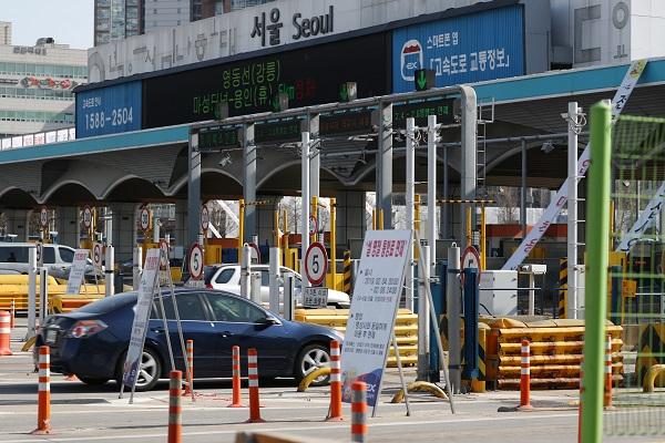 설 연휴기간인 24일부터 26일까지 3일간 전국 고속도로 통행료가 면제된다. (저작권자(c) 연합뉴스, 무단 전재-재배포 금지)