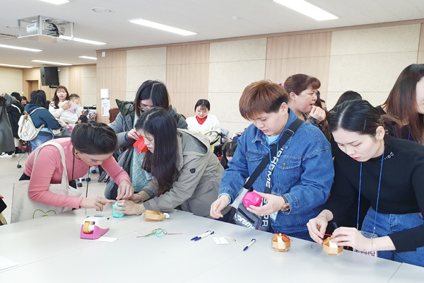 멀리 타향에서 설 명절을 맞이하는 다문화가족들을 위해 대구광역시는 다문화가족지원센터와 함께 설날 전통문화체험을 열었다.