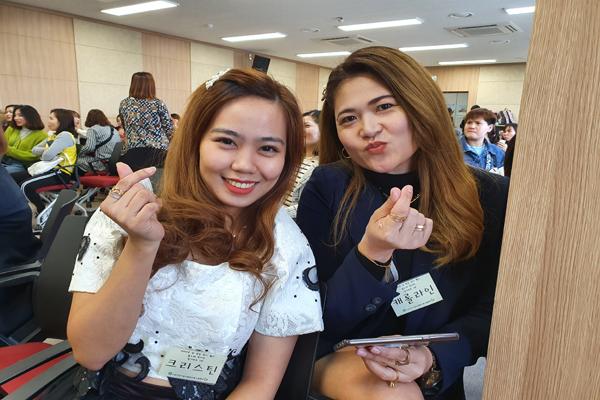 다문화여성 한국노래자랑에 필리핀 출신 참가자들이 하트모양을 그리며 무대에 오르기 전 기념촬영에 임하고 있다.