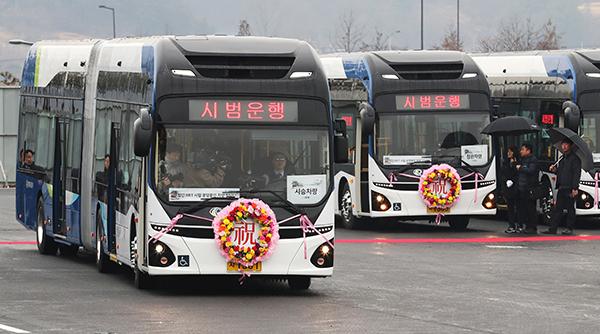 22일 오후 세종시 대평동에서 친환경 전기굴절버스가 시범운행을 하고 있다.(사진=저작권자 (c) 연합뉴스. 무단전재-재배포금지)