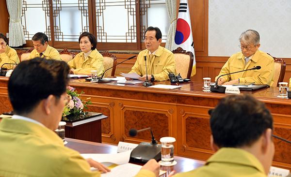 """정 총리 """"정부, 우한에 30~31일 전세기 투입…적극적 조치"""""""