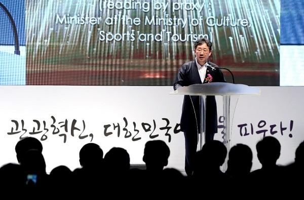 박양우 문화체육관광부 장관이 지난해 9월 27일 서울 중구 웨스틴조선호텔 그랜드볼룸에서 열린 제46회 관광의 날 기념식에 참석해 대통령 축사를 대독하고 있다.