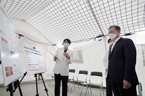 문 대통령, 신종 코로나 대응 현장점검…국립중앙의료원 방문