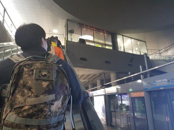 공항철도 인천공항 제1여객터미널역. 대부분 마스크를 착용하고 있습니다.