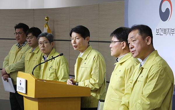김강립 복지부 차관이 29일 오후 세종시 정부세종청사에서 신종 코로나바이러스 감염증과 관련해 브리핑을 하고 있다.