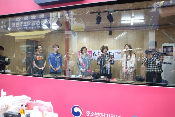 전통시장까지 확산된 1인 미디어에 대한 관심으로 서울 신중부시장에는 1인 미디어 오픈 스튜디오가 설치되기도 했다(출처=중소기업벤처부).