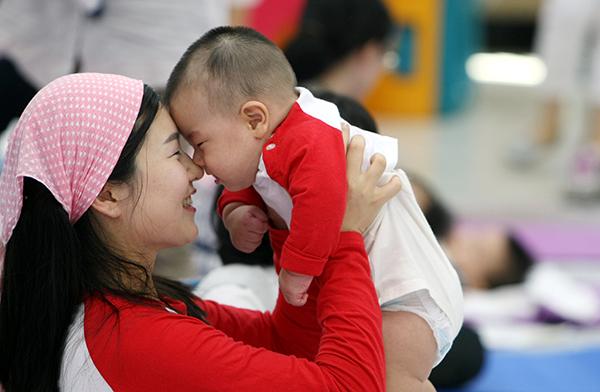 한 어머니가 아가와 코를 비비며 애정을 나누고 있다. (사진=저작권자(c) 연합뉴스, 무단 전재-재배포 금지)