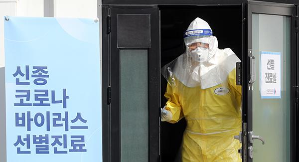 서울 중구 을지로 국립중앙의료원 신종 코로나바이러스 선별 진료소로 의료진이 출입하고 있다.(사진=저작권자(c) 연합뉴스, 무단 전재-재배포 금지)