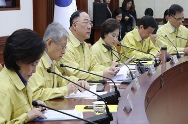 """홍 부총리 """"과도한 공포 벗어나 정상적 경제·소비활동 해야"""""""