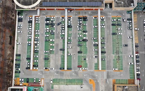 8일 오후 광주 광산구 한 대형마트 옥상 주차장이 신종 코로나바이러스의 영향으로 한산한 모습을 보이고 있다. (저작권자(c) 연합뉴스, 무단 전재-재배포 금지)