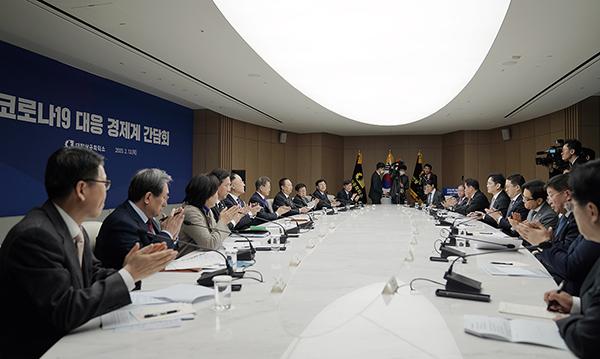 문재인 대통령이 13일 오전 서울 중구 대한상공회의소에서 코로나19 대응 경제계 간담회를 하고 있다. (사진=청와대)