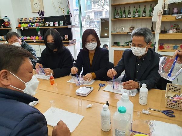 청년협동조합 그려 회원들이 손 소독제를 만들고 있다. (사진=그려 청년 협동조합)
