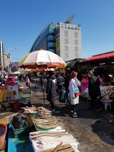 부산의 자갈치 시장에도 생선과 건어물을 사려는 관광객이 많다.