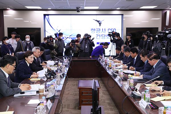 앞서 10일 한국공항공사에서 김현미 국토부 장관과 국내 10개 항공사, 공항공사 CEO 등이 참석한 가운데 항공업계 지원방안을 논의하기 위한 간담회가 열렸다.(사진=국토교통부)