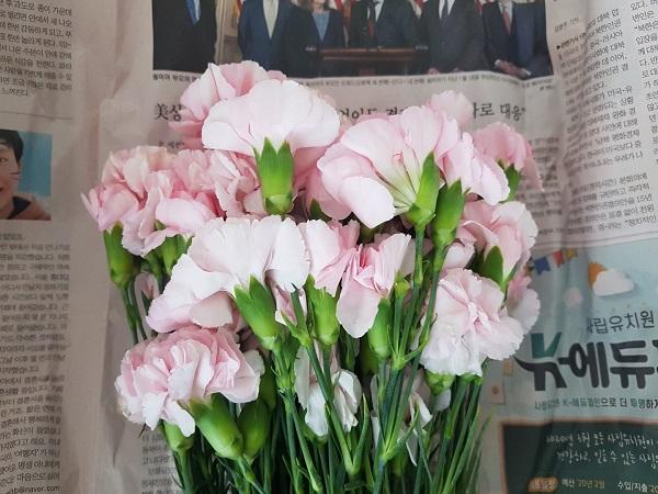 정부는 화훼농가를 돕기 위해 꽃 소비 촉진에 나섰다.