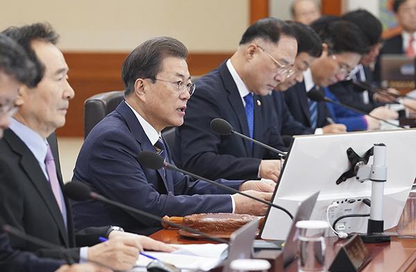 문재인 대통령이 18일 청와대에서 국무회의를 주재하고 있다. (사진=청와대)