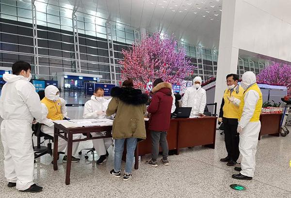 우한총영사관데스크 모습. 교민들이 우한총영사관과 신속대응팀의 지시에 잘 따라주고 있다.