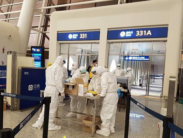 승객들이 게이트로 들어간 후 방역 요원들만 남아 마무리를 하고 있다.