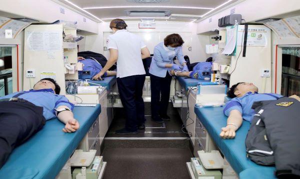 지난 12일 해양경찰청에 도착한 대한적십자사 현헐버스에서 직원들과 의무경찰들이 헌혈에 참여하는 시간을 가졌다.(출처=해양경찰청)