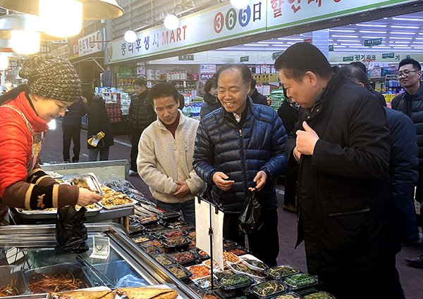지난 14일 조봉환 소상공인시장진흥공단 이사장이 임직원과 함께 대전 중리 전통시장을 찾아 먹거리를 구입하고 있다.(사진=소상공인시장진흥공단)