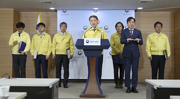 박능후 보건복지부 장관이 23일 정부서울청사에서 코로나19 확대 중앙사고수습본부 회의결과를 브리핑하고 있다. (사진=보건복지부 제공)