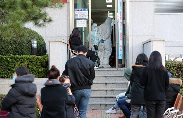 23일 오후 부산 동래구보건소 선별진료소를 찾은 시민들이 대기하고 있다. (사진=저작권자(c) 연합뉴스, 무단 전재-재배포 금지)