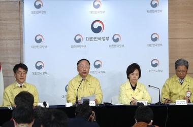"""홍 부총리 """"마스크 하루 900만장 국내 공급되도록 확실히 조치"""""""