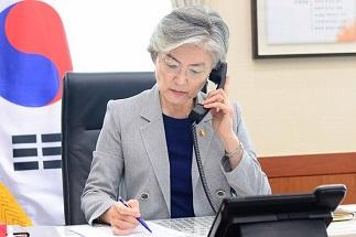 강경화 장관, 왕이 中 외교부장과 통화…중국 과도한 조치에 우려 표명