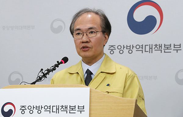 """정부 """"코로나19 피해 최소화…기저질환자 검사·치료 집중"""" 당부"""
