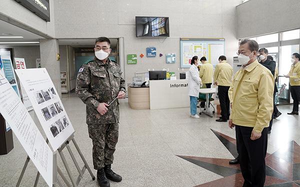 문재인 대통령이 2일 오후 대전광역시 유성구 국군대전병원에서 코로나19 관련 군 주요 조치사항을 보고 받고 있다. (사진=청와대)