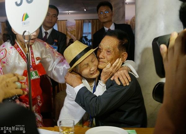 2018년 8월 20일 금강산호텔에서 열린 제21차 남북 이산가족 단체상봉 행사에서 남측 이금섬 할머니가 아들 리상철씨를 만나 기뻐하고 있다.(사진=국민소통실 )