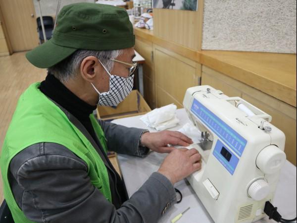 능수능란하게 재봉틀을 다루는 이경철 어르신.
