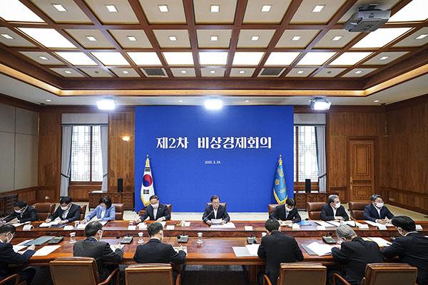 문재인 대통령이 24일 청와대에서 코로나19 관련 2차 비상경제회의를 주재하고 있다. (사진=청와대)